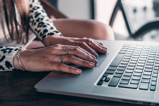 lady using the track pad on a computer | Blog: 5 Insanely Actionable SEO Tips | Silicon Overdrive